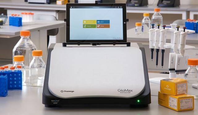 GloMax Navigator detects the bioluminescent signal from the Lumit Dx Immunoassay